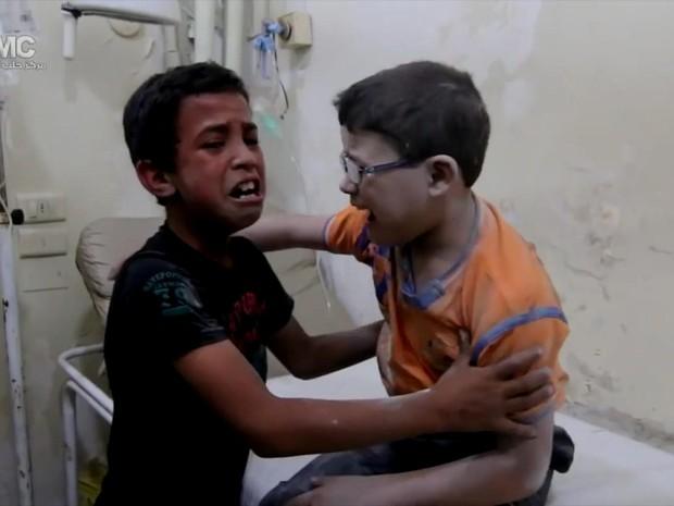 Câmera captou o momento em que Qays e Hamza, de dez anos, ficam sabendo da morte do amigo, Hasan (Foto: Reprodução/BBC)