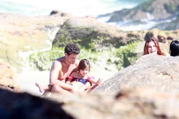 Cauã Reymond com namorada e filha na praia (Foto: Dilson Silva / Agnews)