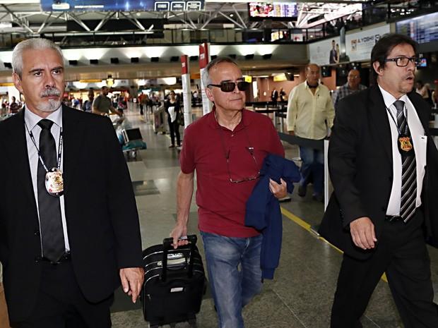 O ex-diretor da área Internacional da Petrobras, Nestor Cerveró, embarca no Aeroporto Internacional de Curitiba (PR) rumo ao Rio de Janeiro, nesta quarta-feira (23) (Foto: Albari Rosa/Agência de Notícias Gazeta do Povo/ Estadão Conteúdo)