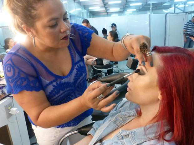 Maquiadora esfumaça olhos da atriz (Foto: Gshow)