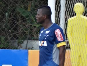 Riascos treina com grupo do Cruzeiro e pode ser opção para Paulo Bento (Foto: Maurício Paulucci)