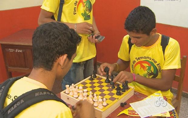 Aunos jogando xadrez na escola Raimunda Virgulino (Foto: Reprodução/TV Amapá)