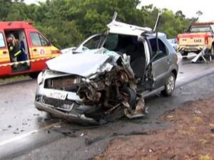 Carro em que idosa estava ficou destruído (Foto: Reprodução/TV Tapajós)