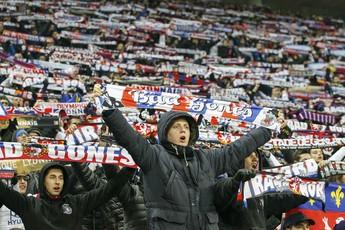 Torcida do Lyon fez a festa em casa diante do Olympique (Foto: Reuters)