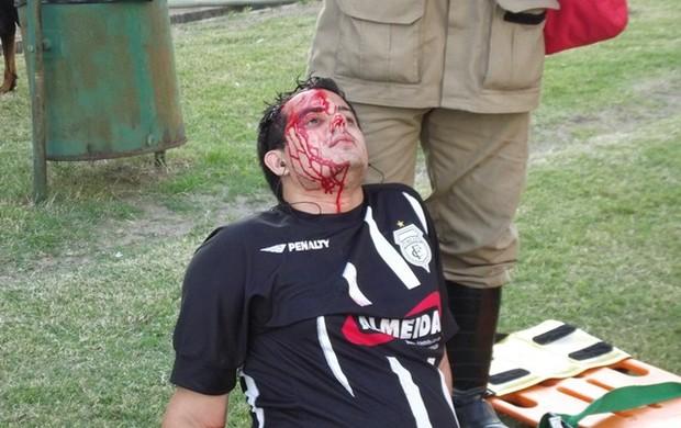 torcedor corta a cabeça no amigão (Foto: Silas Batista / Globoesporte.com)