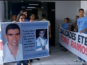 Família segurava faixa e cartaz em homenagem a vítima (Foto: Reprodução/TV Anhanguera)
