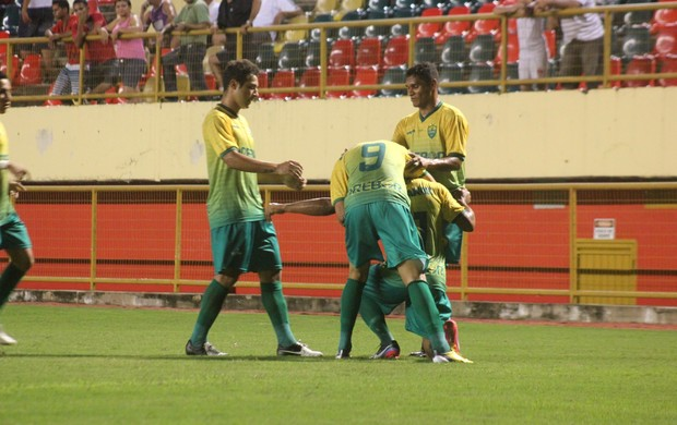 Jogadores do Cuiabá comemoram gol contra o Rio Branco na Arena da Floresta (Foto: João Paulo Maia)