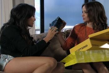 Jéssica fica louco com os sapatos comprados por Júlia (Foto: Além do Horizonte/TVGlobo)