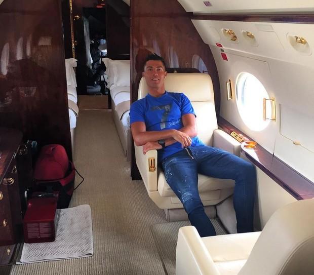 Cristiano Ronaldo posando em seu jatinho particular (Foto: Reprodução/Instagram)