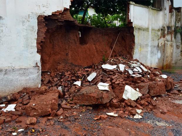 Muro desmoronou e atingiu dois carros em estacionamento (Foto: Tiago Campos / G1)
