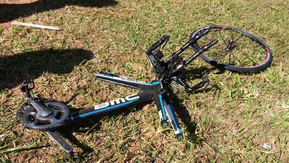 Bicicleta de uma das vítimas ficou destruída após acidente fatal na Rodovia dos Bandeirantes, em Limeira (Foto: Gustavo Biano / EPTV)