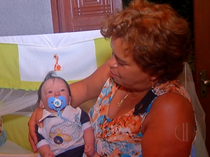Mãe de três bebês reborn, Cláudia vê a relação como um hobby (Foto: Reprodução / Inter TV)