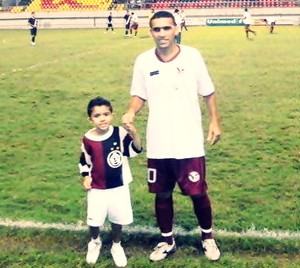 Ayrson com o filho no Campeonato Acreano de 2009 (Foto: Arquivo Pessoal)