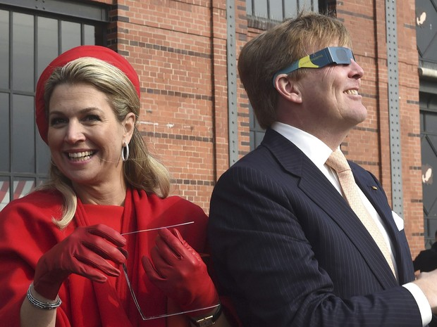 Reis da Holanda acompanham o eclipse solar em Hamburgo nesta sexta-feira (20) (Foto: Fabian Bimmer/Reuters)