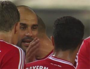 Pep Guardiola gives Thiago Alcantara  (Foto: Reprodução / youtube)