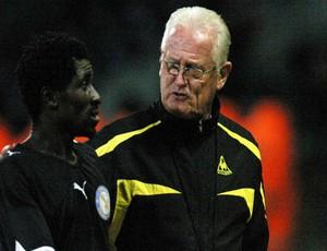 Eric Agyemang e o técnico Hans Van der Pluijm, Berekum Chelsea, de Gana (Foto: Reprodução / Site Oficial)