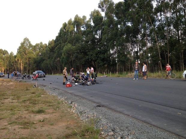 Acidente entre dois motociclistas ocorreu no Norte de SC (Foto: BAPM/Divulgação)