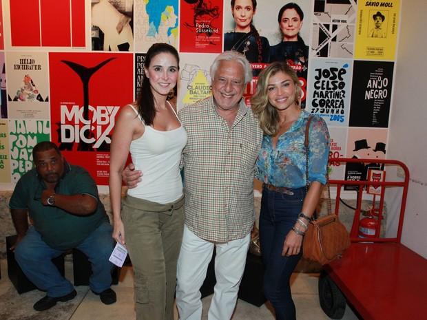 Antônio Fagundes e a namorada, Alexandra Martins, com Grazi Massafera em teatro na Zona Sul do Rio (Foto: Marcello Sá Barretto/ Ag. News)