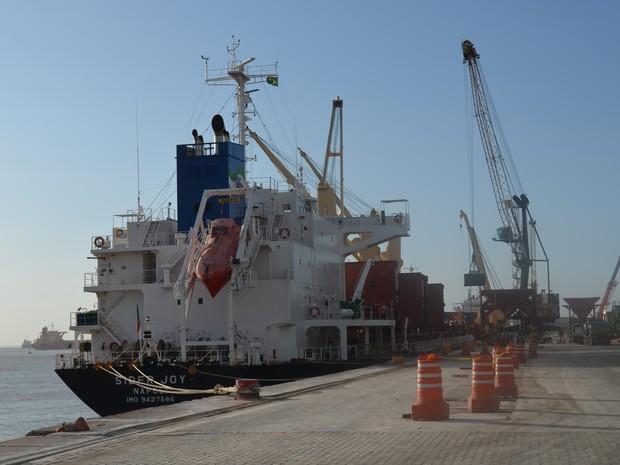 Navio desembarcando fertilizantes no berço 102 do Porto do Itaqui (Foto: Mieko Wada/G1)