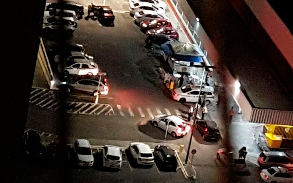Uma pessoa foi baleada no estacionamento do supermercado Extra da Av. Vasco da Gama. (Foto: Arquivo pessoal)