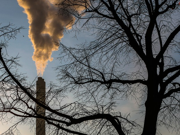 Indústria de processamento de lixo libera fumaça no meio ambiente em Bruxelas em foto de 10 de março; relatório da OMS aponta que 23% das mortes do mundo se devem a ambientes insalubres  (Foto: Reuters/Yves Herman)