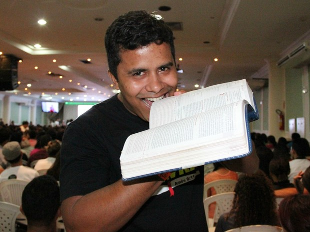 Robson faz parte de movimento que 'come' a Bíblia (Foto: Camila Henriques/G1 AM)