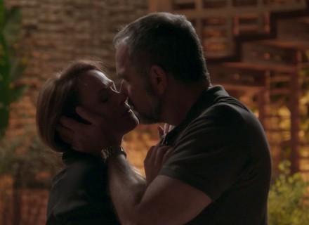 Lili e Germano relembram passado e se beijam