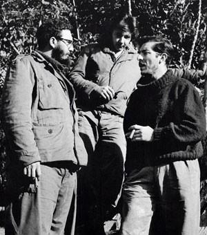 Foto de dezembro de 1957 mostra Fidel Castro (esq.) e seu irmão Raúl (centro) com o fotógrafo espanhol Enrique Meneses em Cuba (Foto: AFP)