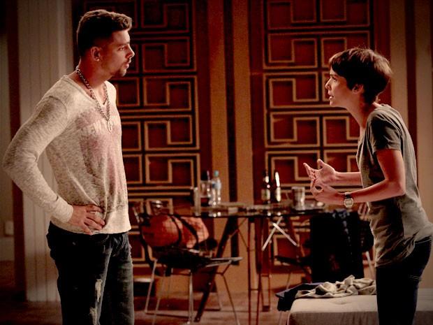 Nina tenta convencer Jorginho sobre falso sequestro de Carminha (Foto: Avenida Brasil/TV Globo)