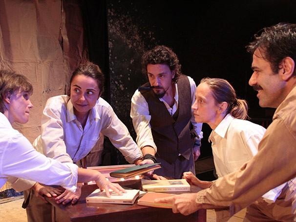 Na peça, um grupo de teatro se divide ao ter olhares diferentes sobre o papel das artes (Foto: José Romero)