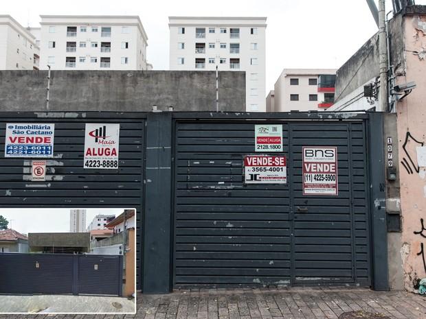 Placas de venda e aluguel cobrem imóvel desocupado em São Caetano do Sul, no ABC Paulista (Foto: Marcelo Brandt/G1 e Google Street View)
