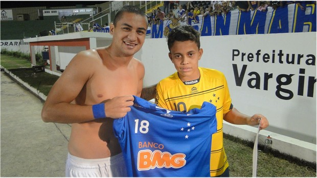 Wellington Paulista entrega camisa do Cruzeiro a f&#227; (Foto: Marco Ant&#244;nio Astoni / Globoesporte.com)