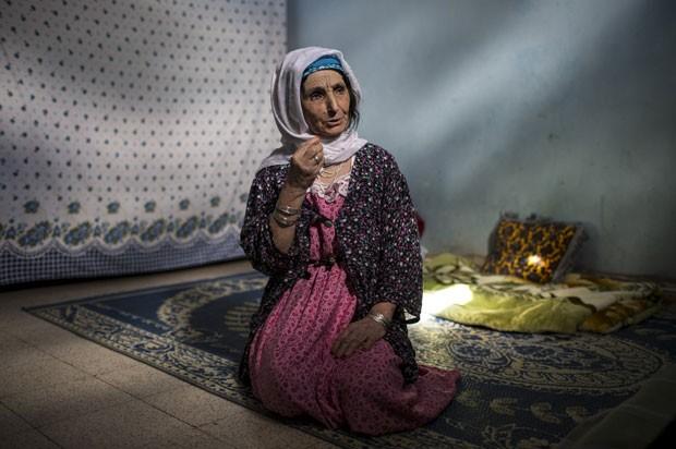 Aisha Djelal, 73, que chora de arrepedimento pela tatuagem no rosto (Foto: Zohra Bensemra/Reuters)