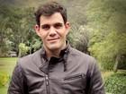 Juliano Cazarré conta que aliança no dedo é 'barreira' para cantadas nas ruas