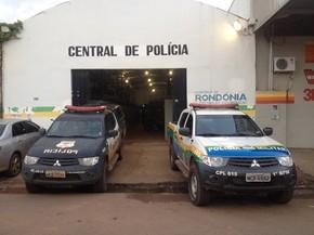 Tia e adolescente foram encaminhados para Central de Polícia em Porto Velho (Foto: Matheus Henrique/G1)
