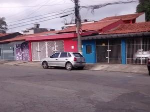 Um homem morreu e outro ficou ferido após tiros na Rua Gramado, em Mogi das Cruzes. (Foto: Maiara Barbosa/G1)