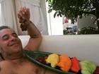 Após cirurgia, Leandro Hassum 'pega leve' com dieta de frutas