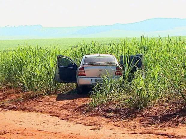Carro usado na ação da madrugada foi abandonado em canavial da SP-255 (Foto: Marlon Tavoni/EPTV)