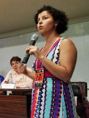 Fabiana Costa, doutora em educação pela PUC-SP, apresente sua tese de doutorado sobre o Prouni em congresso da UNE (Foto: Divulgação/UNE)
