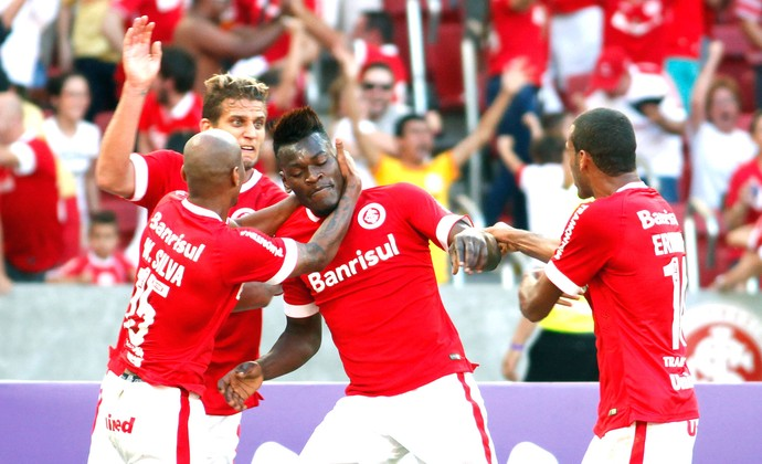 Paulão comemora gol do Internacional contra o Goiás (Foto: Wesley Santos/Agência PressDigital )