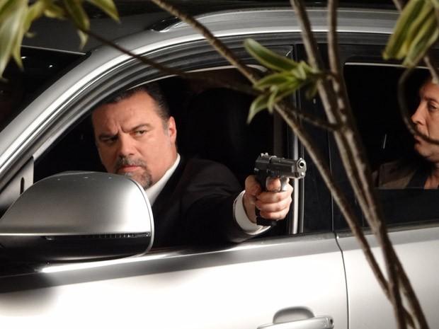Russo atira em Haroldo (Foto: Salve Jorge/TV Globo)