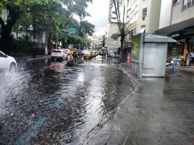 Rua São Clemente, em Botafogo, ficou alagada (Foto: Nicolás Rey/G1)