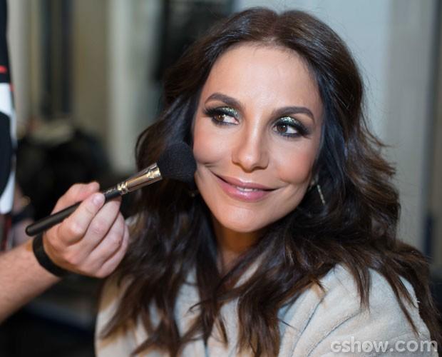 Preparar bem a pele com a base ideal é o 1º passo da maquiagem (Foto: Camila Serejo / TV Globo)