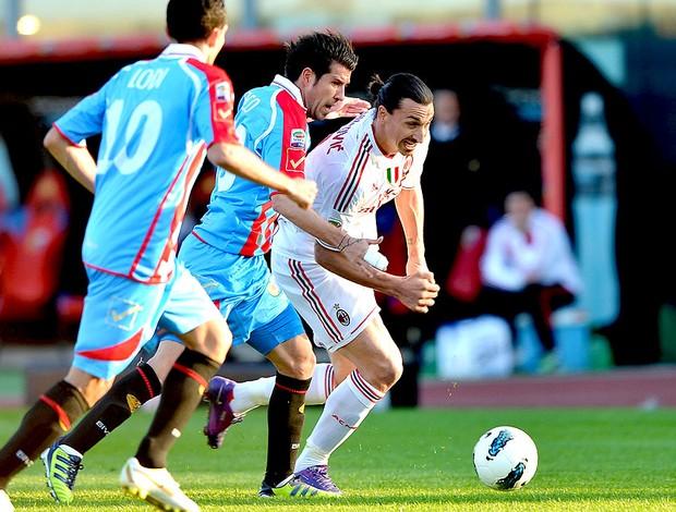 Ibrahimovic na partida do Milan contra o Catania (Foto: AP)
