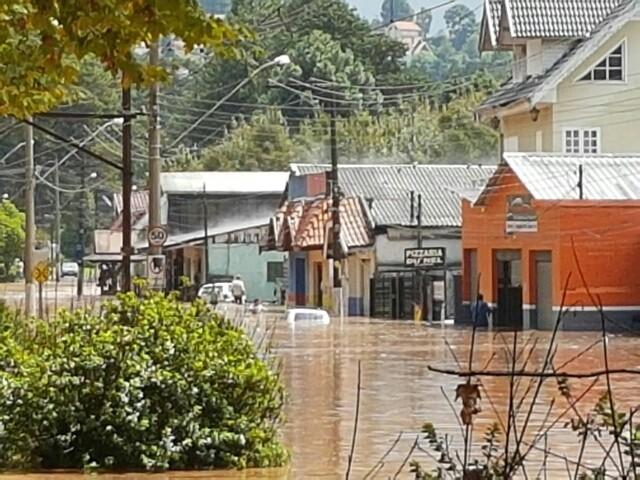 Água invadiu as casas (Foto: Adelson Rocha/Vanguarda Repórter)