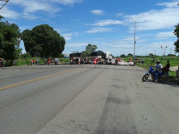 Mulheres fecharam trecho da BR-070 em Cáceres (Foto: Assessoria/ PRF-MT)
