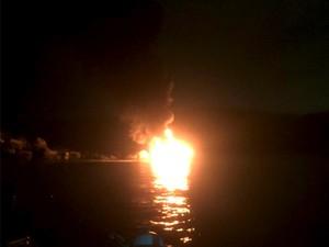 Embarcação pegou fogo com quatro pessoas a bordo, no Guarujá (Foto: Guilherme Ferraz Vieira / Arquivo Pesoal)