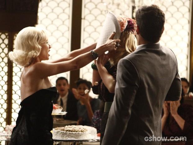 Aurora joga torta na cara de Lola (Foto: Inácio Moraes / TV Globo)