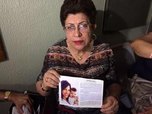 Neide Pessoa de Carvalho, mãe de Adriana, aguarda no fórum e mostra foto da filha e da neta; 'saudade eterna'  (Foto: Wânyffer Monteiro/TV Verdes Mares)