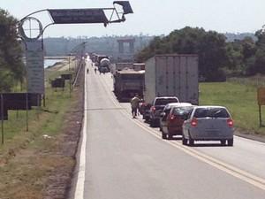 Congestionamento na rodovia durante protesto em Três Lagoas (Foto: Fabiano Fresneda/ TV Morena)